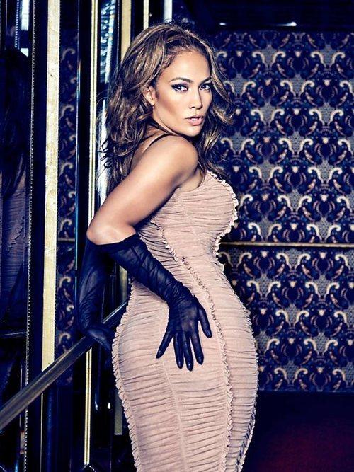 Jennifer Lopez posa con un vestido color nude ceñido de Guess primavera 2018