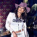 Jennifer Lopez posa con un traje de dos piezas blanco de Guess primavera 2018