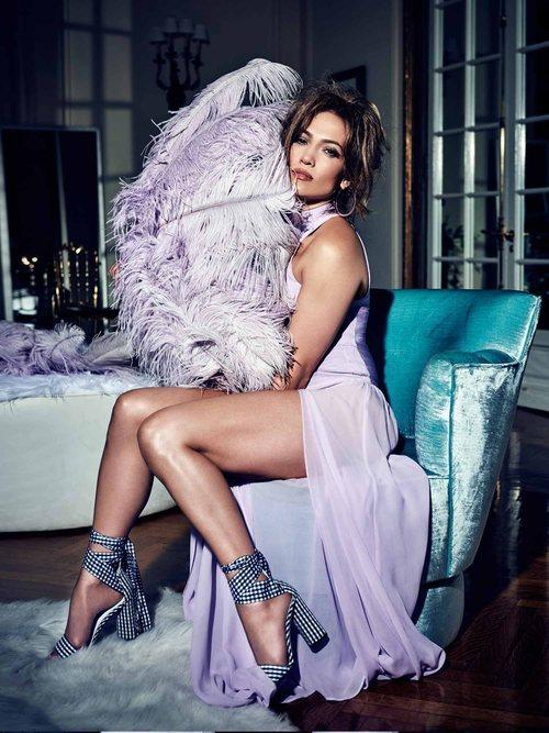 Jennifer Lopez con un vestido de transparencias lilas de Guess primavera 2018