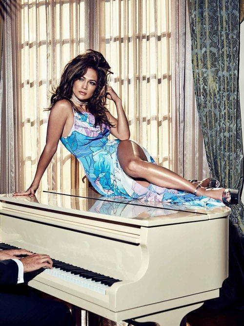 Jennifer Lopez posa con un vestido azul estampado de Guess primavera 2018