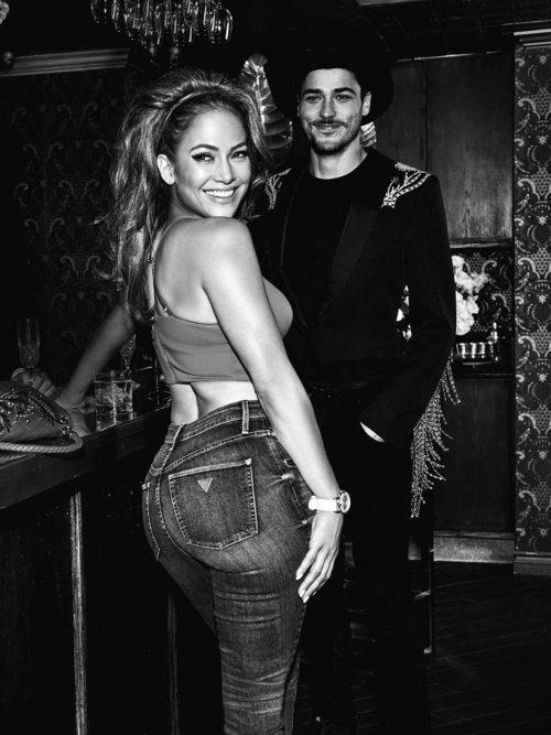 Jennifer Lopez posa con unos jeans ceñidos de Guess primavera 2018