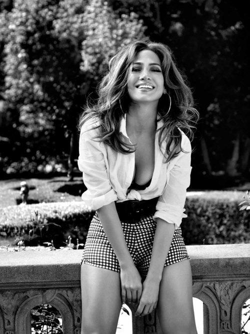 Jennifer Lopez posa con unos pantalones cortos a cuadros de Guess primavera 2018