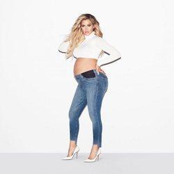 Khloe Kardashian con un top blanco y un pantalón vaquero de su firma Good American 2018
