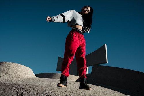 Modelo luciendo ropa Puma y las nuevas zapatillas deportivas XO 2.0 con la colaboración de The Weeknd