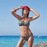 Modelo luciendo un bikini  con estampado de flores de colores de la nueva colección primavera/verano 2018 de Ysabel Mora