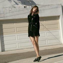 Alexa Chung con las nuevas zapatillas Superga en color negro de la colección cápsula primavera/verano 2018