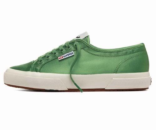 Zapatilla en color  verde de la nueva colección cápsula primavera/verano 2018 de Alexa Chung y Superga