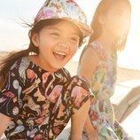Mono y vestido estampado para niña de una colección exclusiva de H&M con dos diseñadores graficos
