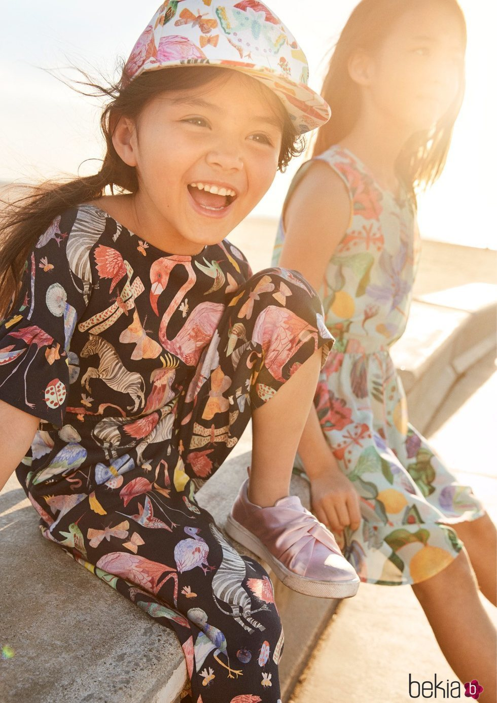 Anterior Mono y vestido estampado para niña de una colección exclusiva de  H M con dos diseñadores graficos cb68cd59646