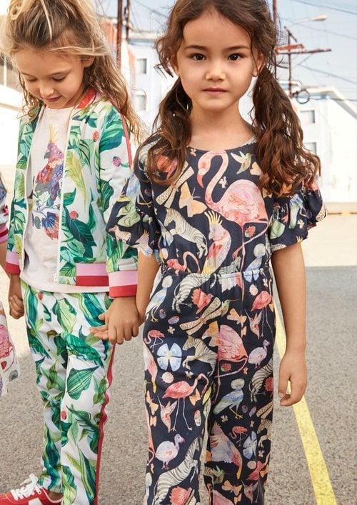 Mono y chandal de estampados para niña de una colección exclusiva de H&M con dos diseñadores graficos