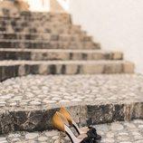 Sandalias doradas con un lazo negro de la nueva colección primavera/verano 2018 de Hannibal Laguna