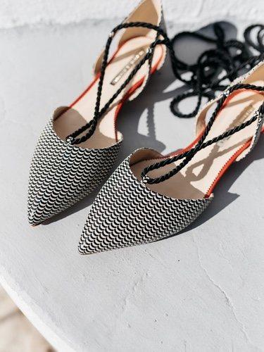 Zapatos con estampado negro y blanco con unas tiras negras para atar de la nueva colección primavera/verano 2018 de Hannibal Laguna