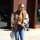 Gigi Hadid con unos jeans mom fit en las calles estadounidenses