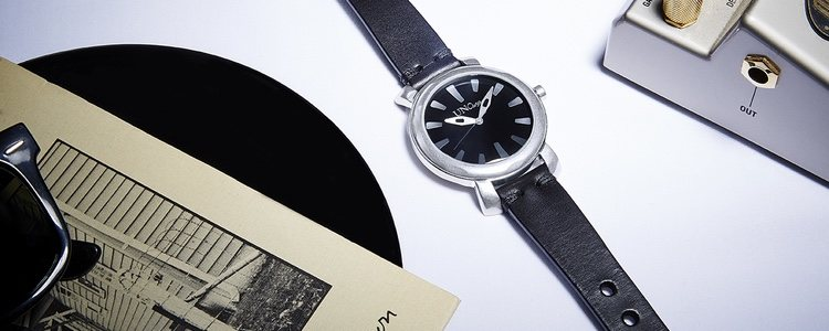 Reloj con la correa negra de UNOde50 para el día del padre 2018