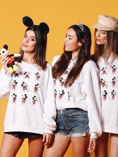 Dulceida  y dos amigas con la sudadera de Mickey Mouse de su nueva colección cápsula de Disney 2018