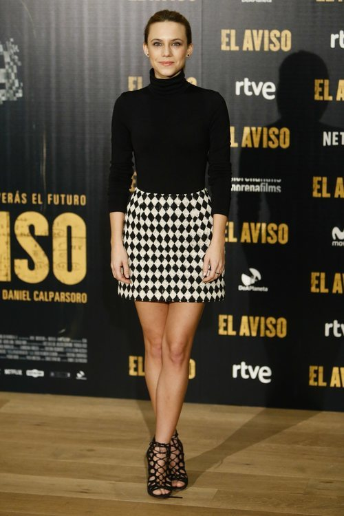 Aura Garrido con un look black and white en el estreno de 'El aviso'