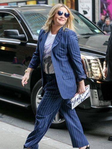 Drew Barrymore con un dos piezas azul marino a la entrada del estreno 'Santa Clarita Diet'
