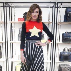 Nieves Álvarez con estampados a rayas y una estrella en la inauguración de Tumi