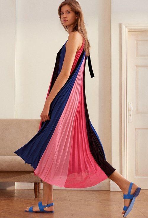 Vestido de tela plisada rosa y azul marino de la nueva colección de MAX&Co primavera/verano 2018