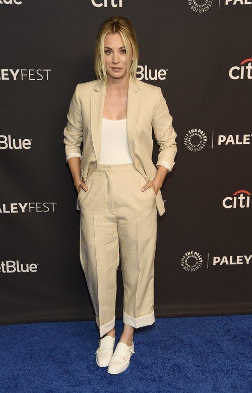 Kaley Cuoco con un dos piezas beige en el estreno de 'Young Sheldon'