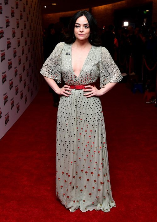 Hayley Squires con un vestido largo de mangas abombadas en los Premios Rakuten de Televisión