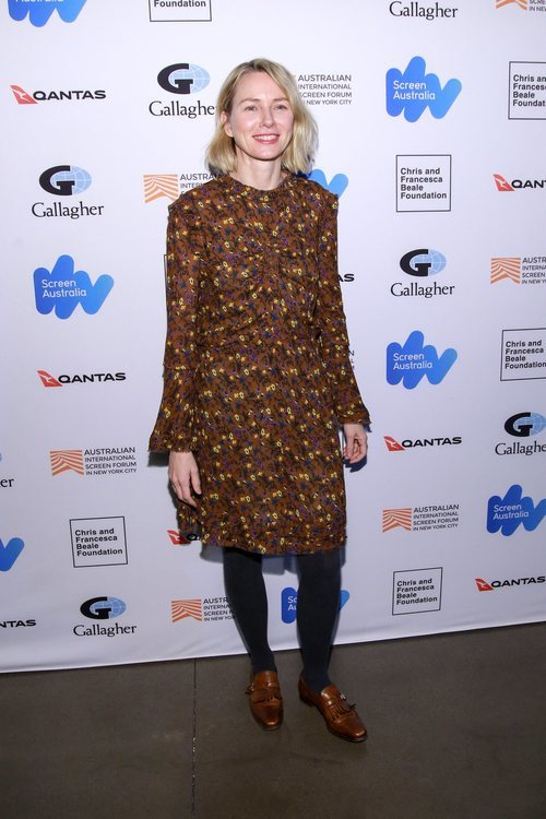 Naomi Watts con un traje marrón de estampados en la premiere de 'Breath'