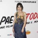 Olga Alamán con un vestido de raso azul noche en la premiere de 'Paella Today'