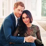 El príncipe Harry y Meghan Markle vestida de Ralph & Russo en las fotos oficiales del compromiso