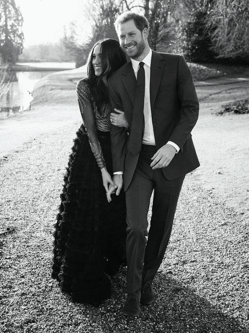 Meghan Markle con un diseño de Ralph & Russo junto al príncipe Harry en las fotos oficiales del compromiso