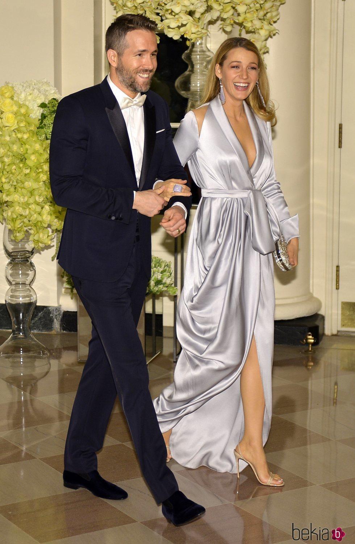 Blake Lively con un traje lencero azul de Ralph and Russo junto a Ryan Reynolds en una cena de estado