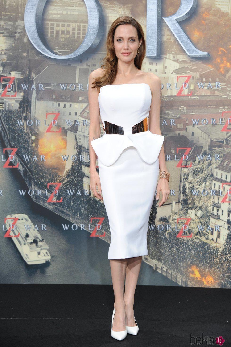 Angelina Jolie con un traje de corte sirena de Ralph & Russo en una premiere de Guerra Mundial Z