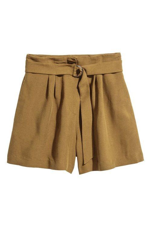 Pantalón corto con un cinturón en color verde oliva de la nueva colección de primavera de H&M