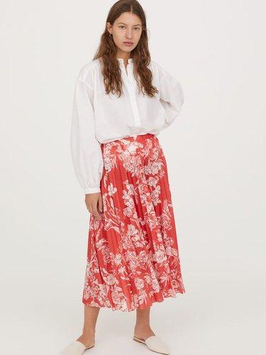 Falda roja plisada  de la nueva colección de primavera de H&M