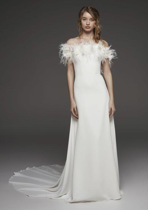 Vestido blanco liso en palabra de honor de plumas de Pronovias colección avance 2019