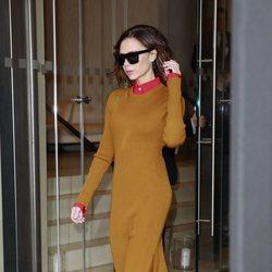 Victoria Beckham con un outfit de su firma en las calles de Nueva York en 2016