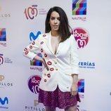 Ruth Lorenzo con una americana blanca y una falda de purpurina rosa en 'La noche de cadena 100'