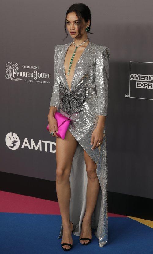 Shanina Shaik con un vestido de lentejuelas plateadas en la gala Amfar en Hong Kong 2018