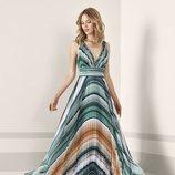 Vestido largo plisado con detalles geométricos de Pronovias Fiesta 2019