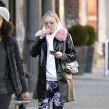 Dakota Fanning con un abrigo negro de charol y pelo rosa por las calles de Nueva York 2018