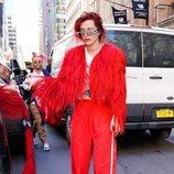 Bella Thorne con un look 'total red' por las calles de Nueva York 2018