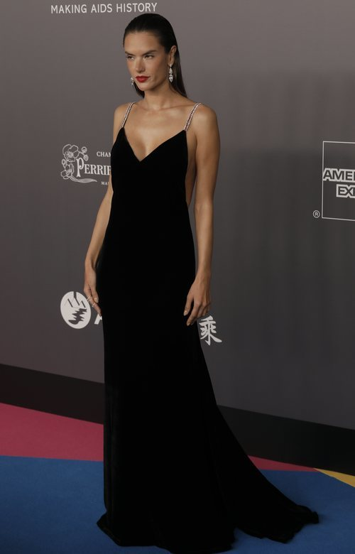 Alessandra Ambrosio con un espectacular vestido negro en la gala Amfar en Hong Kong 2018