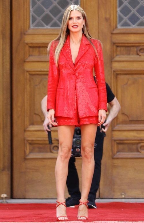 Heidi Klum con un conjunto de lentejuelas rojas en el rodaje de Got Talen Ameriano 2018