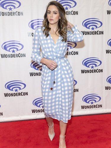 Chloe Bennet con un vestido de cuadros azul cielo en la presentación de Marvel agentes de Shield