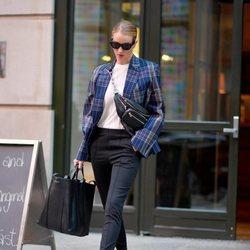 Rosie Huntington  con una americana de cuadros por Nueva York 2018