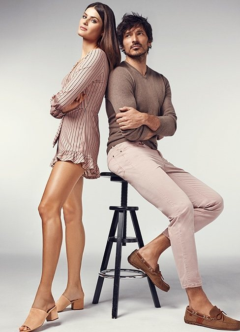 Isabel Fontana y Andrés Velencoso posando con zapatos marrones para Carmela primavera/verano 2018