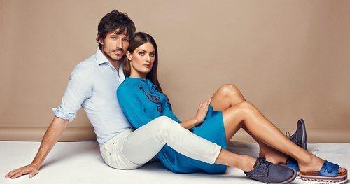 Isabel Fontana y Andrés Velencoso posando con zapatos azul marino para Carmela primavera/verano 2018