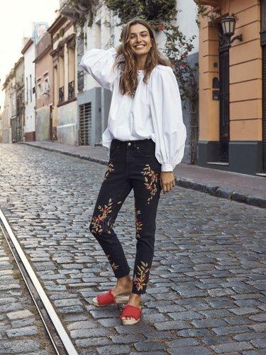 Blusa mangas abombachadas con un pantalón engro con estampado floral de la nueva colección de primavera 2018 de H&M
