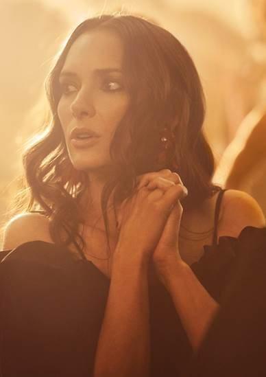 Winona Rayder con una blusa negra en la nueva campaña de primavera 2018 de H&M