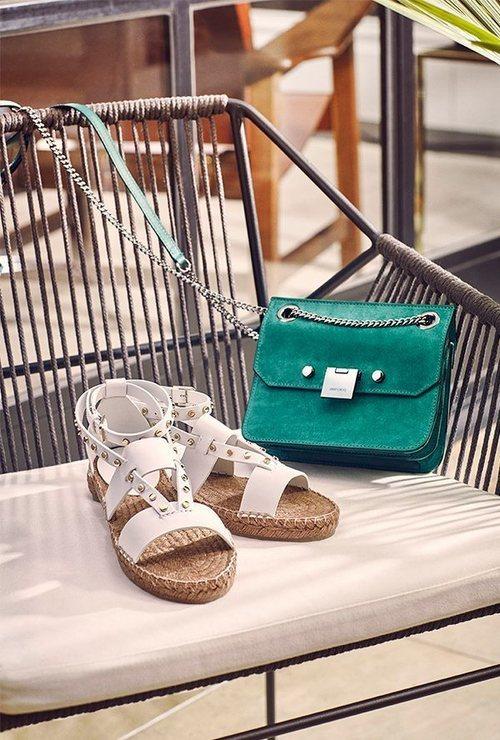 Sandalia blanca con la suela plana de esparto de la nueva colección primavera/verano 2018 de Jimmy Choo