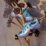 Zapatillas azul brillante con la suela morada de la nueva colección primavera/verano 2018 de Puma con Sophia Webster